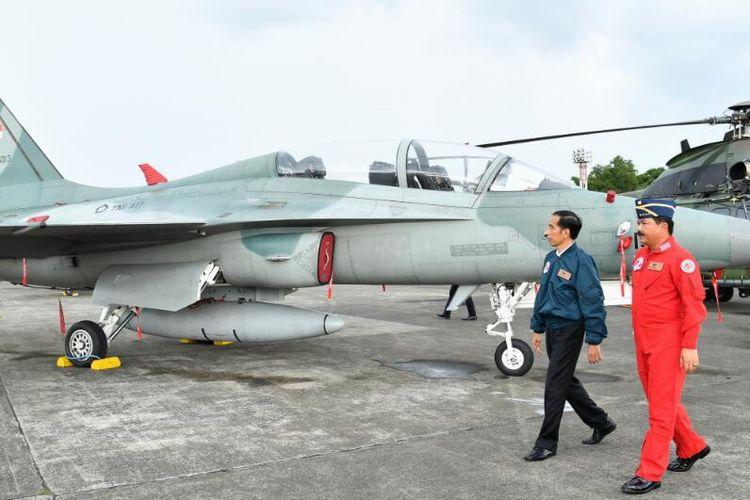 Presiden Joko Widodo hendak menaiki pesawat Sukhoi dan mengucapkan selamat hari ulang tahun ke-71 kepada TNI Angkatan Udara di Lapangan Udara Halim Perdanakusuma Jakarta Timur, Minggu (9/4/2017).