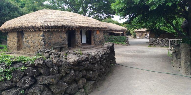 Pemandangan yang terdapat di salah satu bagian di permukiman pegunungan di Jeju Folk Village. Jalan setapak dibatasi tembok batu dan bangunan dengan menggunakan batu yang disemen dengan tanah liat kering sebagai perekat. Foto diambil 30 Mei 2017.