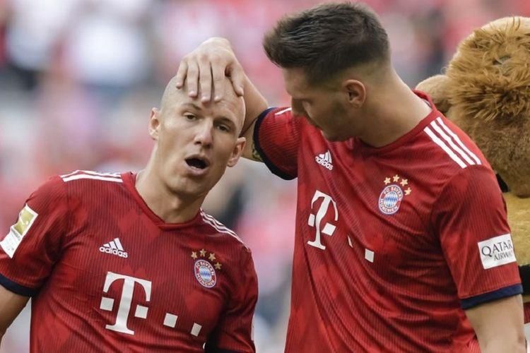 Arjen Robben dan Niklas Suele merayakan kemenangan Bayern Muenchen atas Bayer Leverkusen pada pertandingan Bundesliga di Allianz Arena, 15 September 2018.