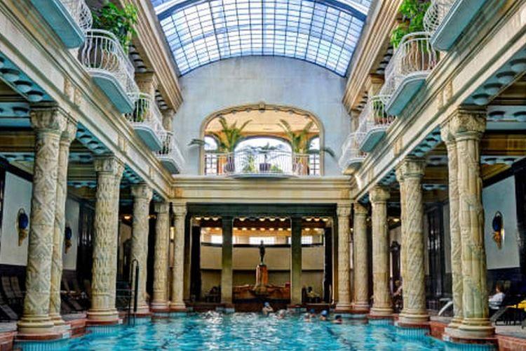 Kolam pemandian air panas alami di Budapest.