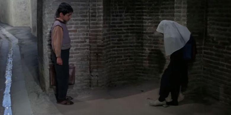 Salah satu cuplikan film Children of Heaven ketika Fatimah bergantian sepatu kepada Ali.
