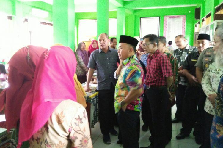 Berpeci dan baju warna warni, Gubernur Kalimantan Tengah, Sugianto Sabran berdialog dengan sejumlah guru SMA Negeri 1 Pangkalan Bun, Kamis (14/9/2017)