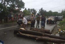 Kesal Lingkungannya Sering Kebanjiran, Warga di Ambon Blokade Jalan