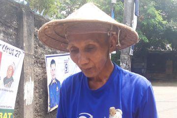 Pak Sarono, tunanetra yang bekerja sebagai pemecah batu untuk biayai 75 anak yatim, Cipinang Besar Selatan, Jakarta Timur.
