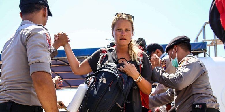 Wisatawan mancanegara membawa barang bawaanya saat turun dari kapal cepat di Pelabuhan Bangsal, Lombok Utara, Nusa Tenggara Barat, Selasa (7/8/2018). Wisatawan, pekerja, dan warga dievakuasi dari Gili Trawangan, Gili Air, dan Gili Meno menuju Pelabuhan Bangsal untuk diberangkat ke Kota Mataram pascagempa Lombok hari kedua.