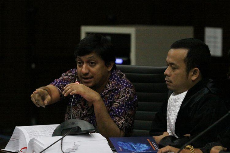 Terdakwa kasus pengadaan Alquran, Fahd Al Fouz (kiri) saat menjalani sidang lanjutan di Pengadilan Tipikor, Jakarta, Kamis (27/7). Sidang lanjutan tersebut digelar dengan agenda mendengarkan keterangan saksi yang dihadirkan oleh Jaksa Penuntut umum sejumlah tiga orang saksi. ANTARA FOTO/ Reno Esnir/foc/17.