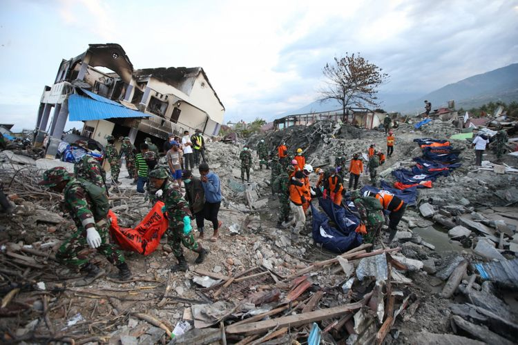Petugas gabungan menemukan jenasah korban gempa bumi di Perumnas Balaroa, Palu, Sulawesi Tengah, Sabtu (6/10/2018). Gempa bumi Palu dan Donggala bermagnitudo 7,4 mengakibatkan sedikitnya 925 orang meninggal dunia dan 65.733 bangunan rusak.(KOMPAS.COM/KRISTIANTO PURNOMO)