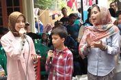 Ayu Azhari Ajak Anaknya Peduli Korban Tsunami di Banten