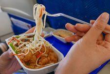 Ini Jenis Santapan yang Cocok Dimakan di Pesawat