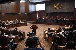 Hakim MK Tak Yakin atas Bukti 02 soal Surat Suara Tercoblos