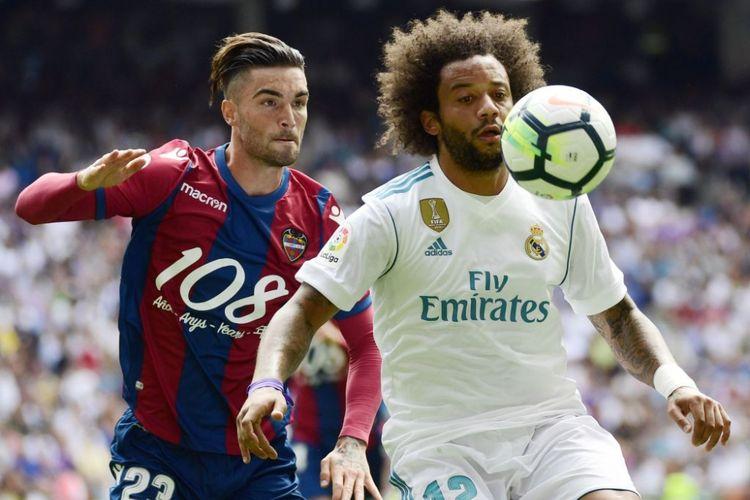 Marcelo mencoba mengamankan bola dari kejaran David Jason dalam pertandingan La Liga antara Real Madrid dan Levante di Stadion Santiago Bernabeu, Sabtu (9/9/2017).
