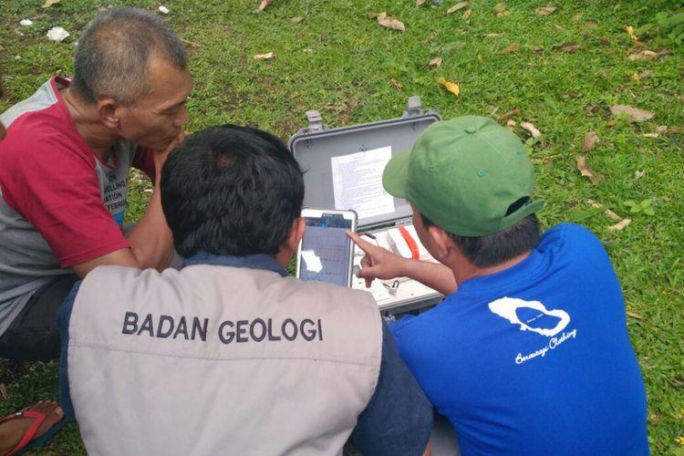 Petugas PVMBG menyiapkan alat deteksi gas mobile untuk mendeteksi gas berbahaya dari gunung Agung