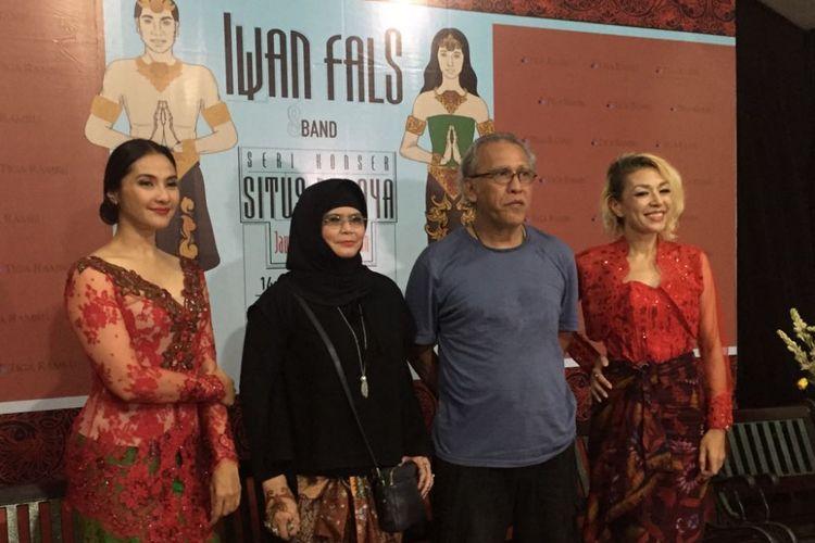 Maudy Koesnaedi, Iwan Fals, dan Syaharani memberikan keterangan pers tentang Konser Situs Budaya: Jatim-Trowulan di PanggungKITA, Leuwinanggung, Jawa Barat, pada Sabtu (14/10/2017). Konser itu digelar untuk memberikan pembelajaran tentang sejarah Trowulan melalui sebuah konser musik.