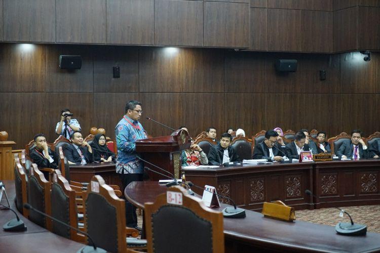 Direktur Pusat Studi Konstitusi (PUSaKO) Fakultas Hukum Universitas Andalas Feri Amsari saat memberikan keterangan ahli dalam sidang uji materiil UU Pemilu di Mahkamah Konstitusi (MK), Jakarta Pusat, Selasa (24/10/2017).