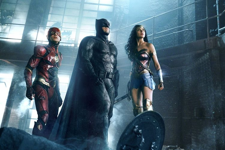 Ben Affleck (Batman), Gal Gadot (Wonder Woman), dan Ezra Miller (The Flash) beraksi dalam Justice League (2017)
