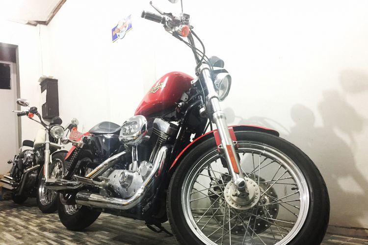 Rhoma Irama dapat saweran berupa motor gede Harley Davidson saat konser di Binuang Kabupaten Tapin, Kalsel, Sabtu (17/2/2018) malam.