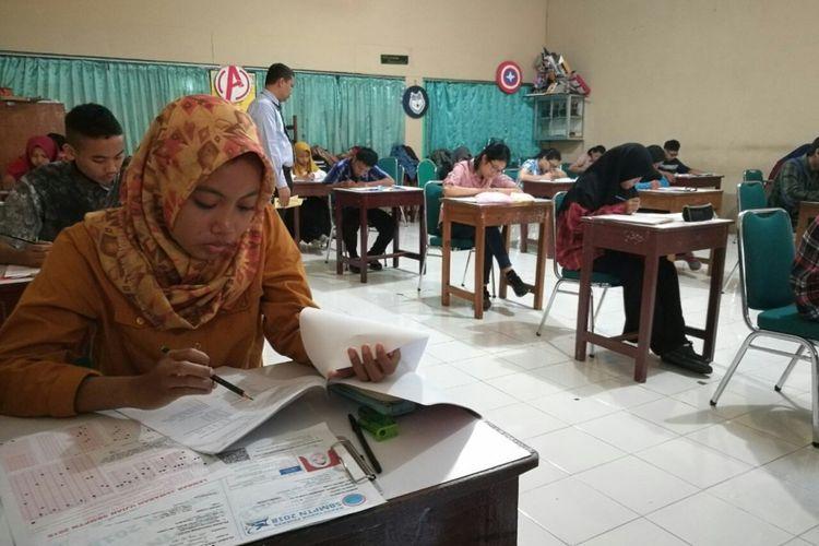 Peserta tengah mengerjakan soal SBMPTN 2018 di SMAN 1 Solo, Jawa Tengah, Selasa (8/5/2018).