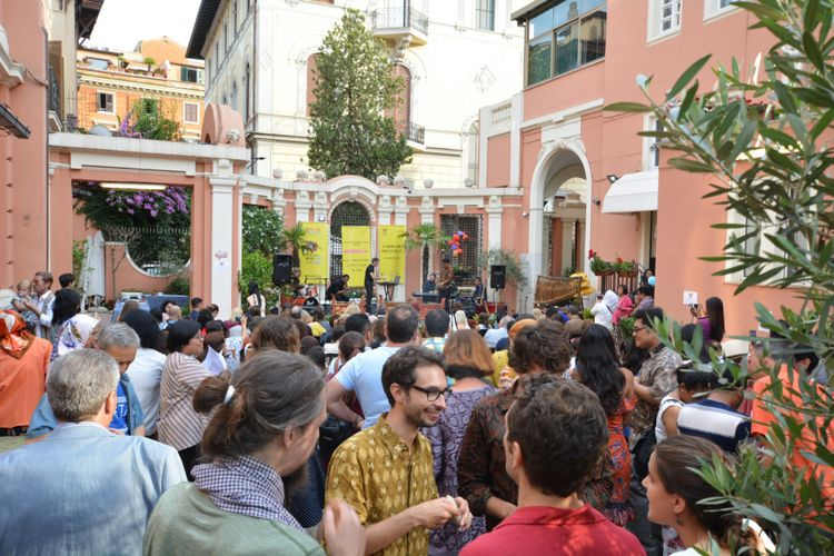 Suasana Festa della Musica di KBRI Roma. Acara ini merupakan kegiatan tahunan di berbagai kota Italia yang diselenggarakan dalam rangka menyambut datangnya musim panas.
