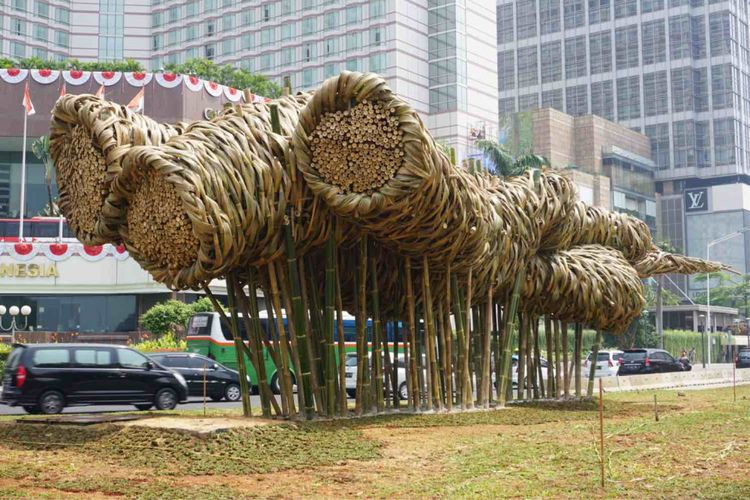 Sebuah karya seni instalasi berbahan dasar bambu ditempatkan di kawasan Bundaran Hotel Indonesia (HI), persis di depan Monumen Selamat Datang, Jakarta Pusat, Rabu (15/8/2018). Karya seni itu sekilas menyerupai bunga  matahari. Namun, jika dipandang dari sudut berbeda,  instalasi bambu itu terlihat seperti gelembung sabun berukuran raksasa.