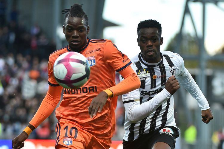Penyerang asal Burkina Faso, Bertrand Traore, saat membela Lyon di Liga Perancis. Traore hijrah dari Chelsea ke Lyon pada Juni 2017.