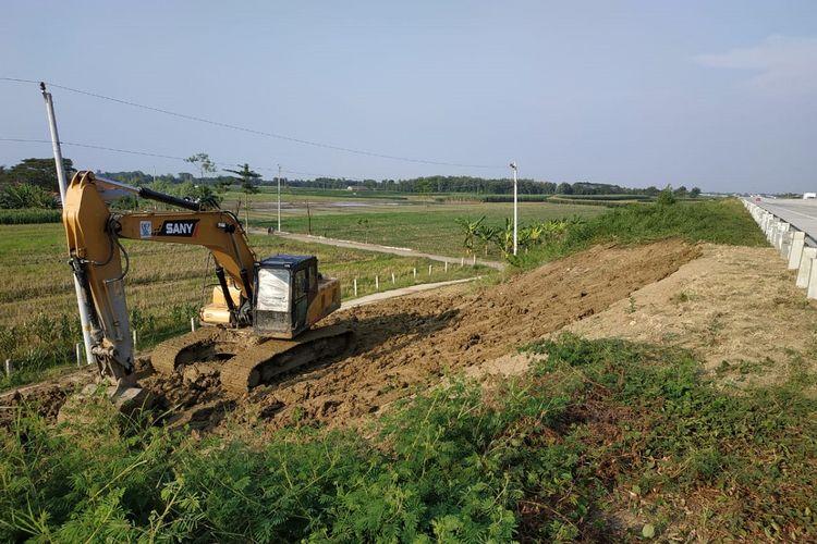 Perbaikan tanah longsor di pinggir Jalan Tol Pejagan-Pemalang Km 288 jalur A, Kabupaten Tegal, Jawa Tengah.