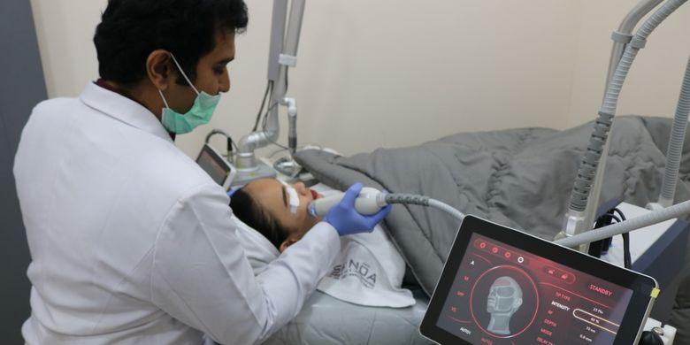 Dr.Sammy Yahya, Sp.KK melakukan perawatan laser dan radiofrekuensi untuk menghilangkan bekas jerawat.