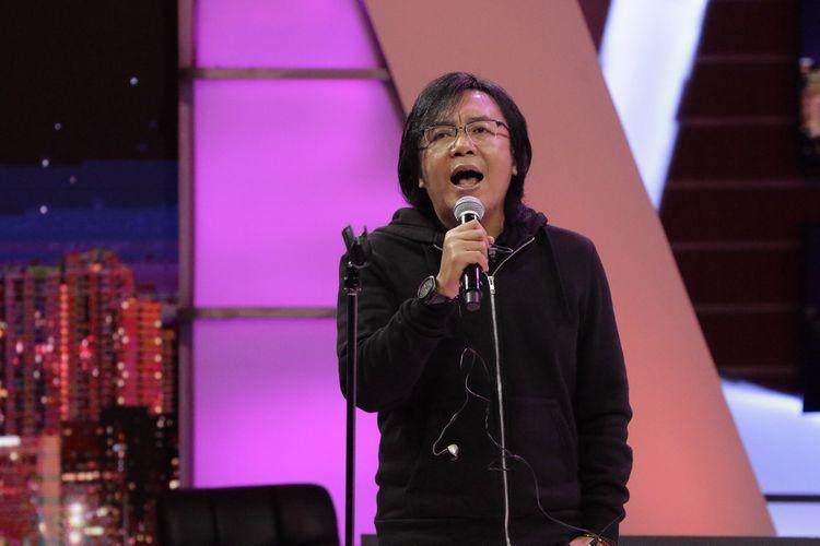 Ari Lasso saat melakukan check sound sebelum program Rosi di Studio 1 Kompas TV, Menara Kompas, Jakarta, Kamis (21/3/2019). Dalam program tersebut Ari Lasso membawakan lagu Tak Harus Sama (Indonesia Jaya).