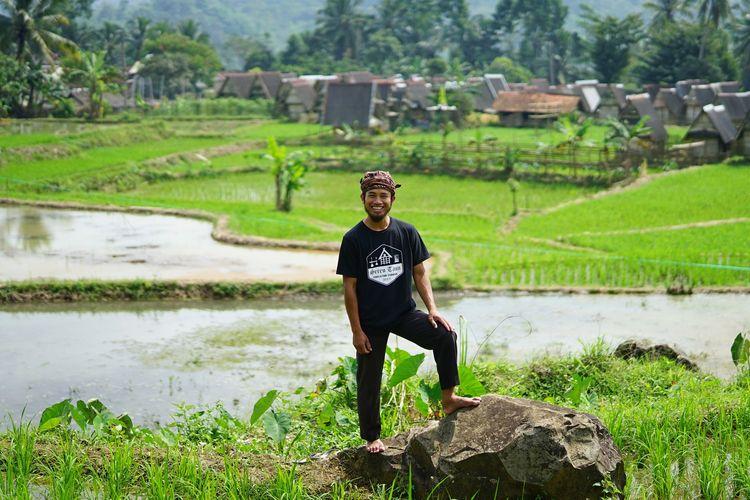 Kepala Desa (Jaro) Warungbanten, Ruhandi, berfoto dengan latar pemandangan sawah dan permukiman warga di desanya. Foto diambil pada Senin (22/6/2020). Warungbanten adalah salah satu desa di Kabupaten Lebak, Banten.