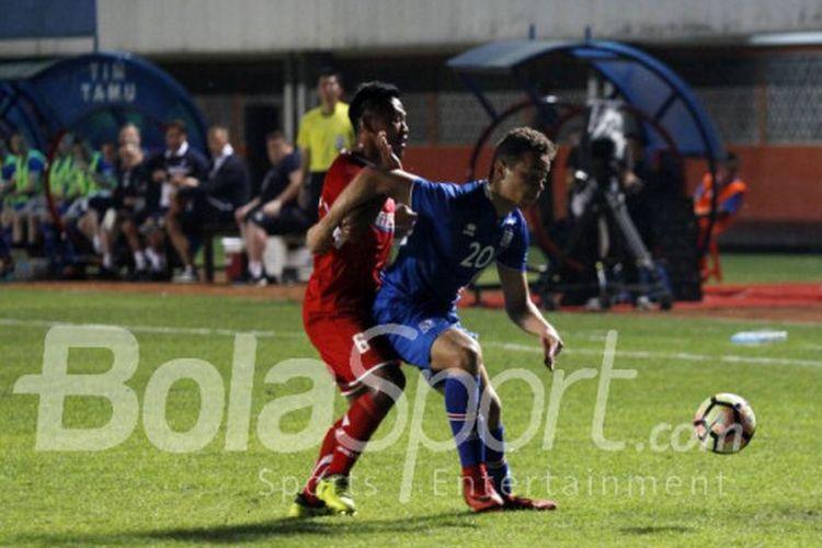 Pemain Indonesia Selection, Toni Sucipto, berebut bola dengan pemain timnas Islandia, Mikael Neville Anderson, pada laga persahabatan di Stadion Maguwoharjo, Sleman, Kamis (11/1/2018).