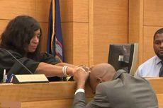 Dibebaskan dari Kasus Pembunuhan 27 Tahun Silam, Pria Ini Menangis