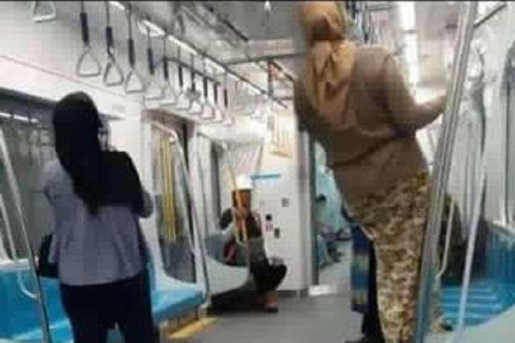 Perilaku tidak tertib sejumlah penumpang selama masa uji coba publik MRT Jakarta tersebar di media sosial.