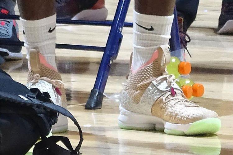 f862f633299 LeBron James Kenakan Sneakers LeBron 15 yang Terinspirasi Air Yeezy 1