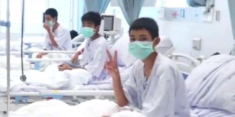 Inilah foto pertama anggota tim sepak bola remaja yang tengah dirawat di Rumah Sakit Chiang Rai Prachanukroh setelah mereka keluar dari Goa Tham Luang, Thailand.(Thai Government Public Relations Department via BBC)