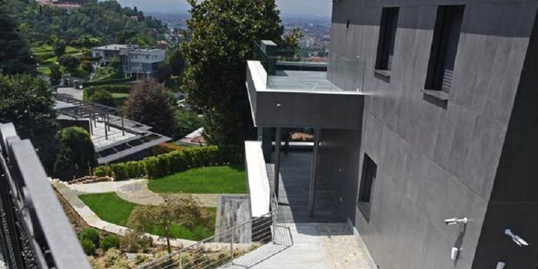 Vila milik Cristiano Ronaldo yang berlokasi di bukit kota Turin, Italia.