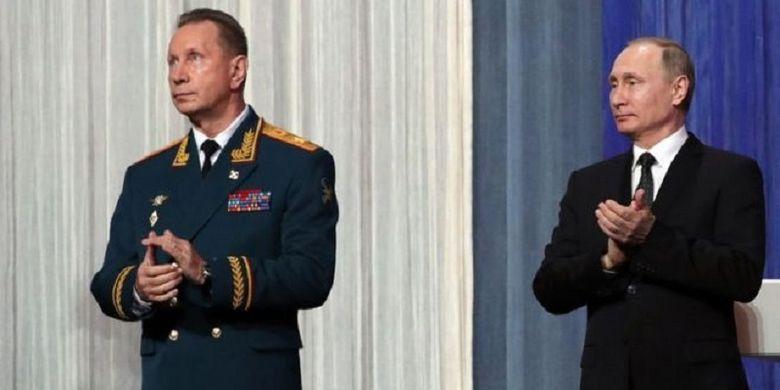 Presiden Rusia Vladimir Putin (kanan) bersama Kepala Garda Nasional Viktor Zolotov, ketika menghadiri malam peringatan Garda Nasional Rusia 27 Maret 2017.
