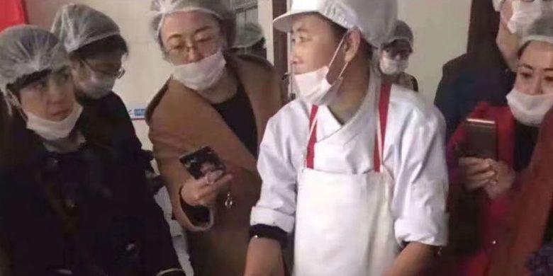 Dalam potongan video memperlihatkan orangtua murid sebuah sekolah di China mengerumuni staf kantin setelah orangtua murid menemukan dugaan minyak kotor dipakai untuk memasak makanan bagi anak-anak mereka.