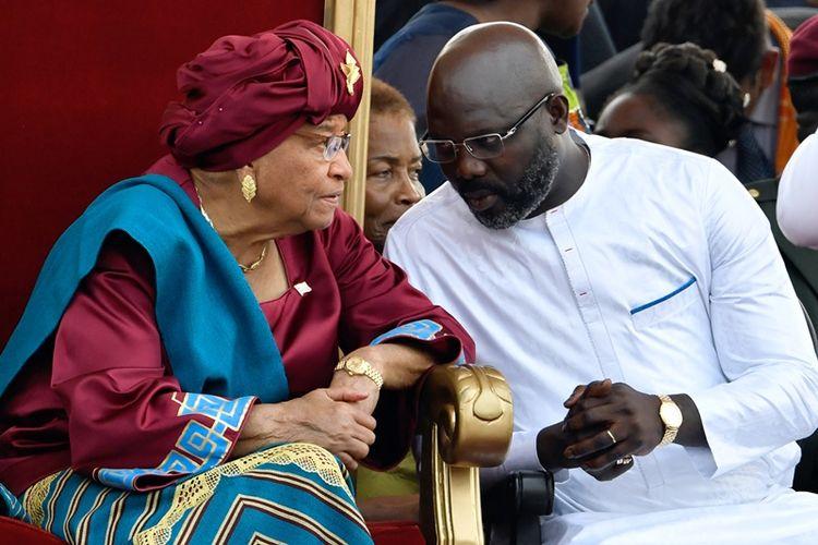 George Weah berbincang dengan pendahulunya Ellen Johnson Sirleaf dalam upacara pelantikan presiden di Monrovia, Liberia, Senin (22/1/2018).
