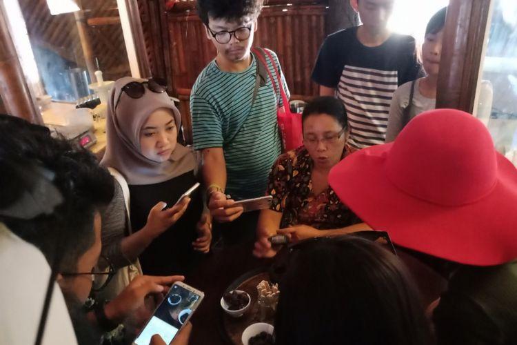 Peserta Take Me Anywhere 3 bersama OPPO F5 belajar mengenai proses cokelat di Bali Chocolate Factory.