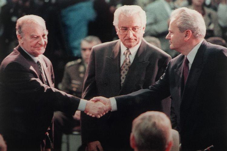 Presiden Bosnia Alija Izetbegovic (kiri) menyalami Presiden Serbia Slobodan Milosevic disaksikan Presiden Kroasia Franjo Tudjman menjelang pembicaraan damai di Dayton, Ohio, AS pada 1995.