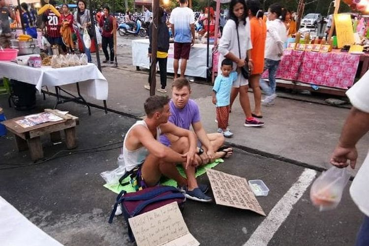 Dua orang turis mengemis di Pasar Samkong, Phuket, Thailand.