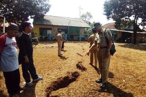 Pemkot Depok Cek Tanah Retak Sedalam 1,5 Meter dan Panjang 20 Meter di Rumah Warga