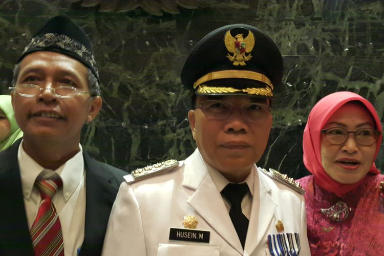 Wali Kota Jakarta Utara Husein Murad (tengah) seusai dilantik Gubernur DKI Jakarta Djarot Saiful Hidayat di Balai Kota DKI Jakarta, Jalan Medan Merdeka Selatan, Kamis (13/7/2017).