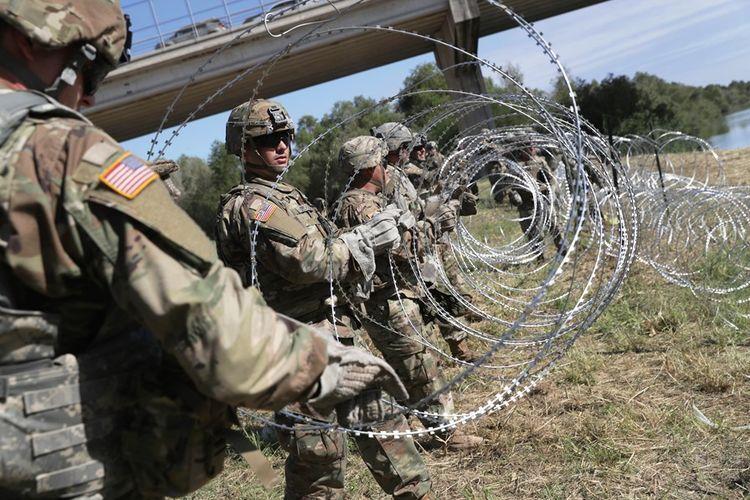 Tentara AS yang ditugaskan untuk misi penempatan di perbatasan Amerika dengan Meksiko, memasang kawat berduri untuk menghalau migran.