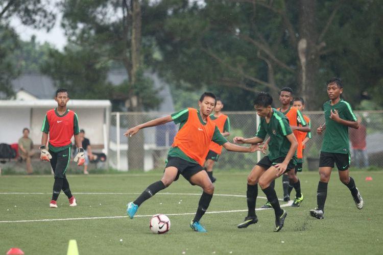 Para pemain seleksi Timnas U-16 Indonesia menjalani latihan di Lapangan Latihan Tim Nasional PSSI, Sawangan, Selasa (14/5/2019).