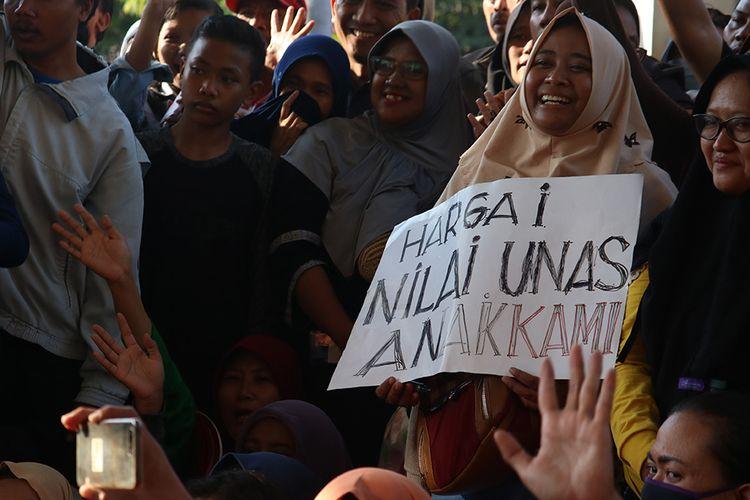 Warga berunjuk rasa di kantor Dinas Pendidikan Kota Surabaya, Jawa Timur, Kamis (20/6/2019). Mereka memprotes kebijakan Sistem Penerimaan Peserta Didik Baru (PPDB) berdasarkan zonasi.