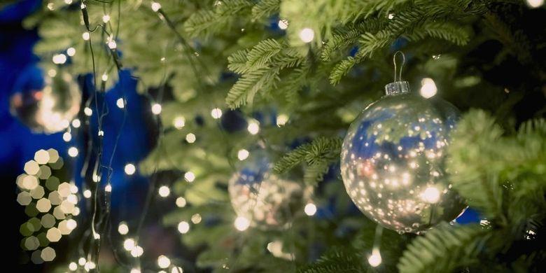 Hiasan lampu pada pohon natal