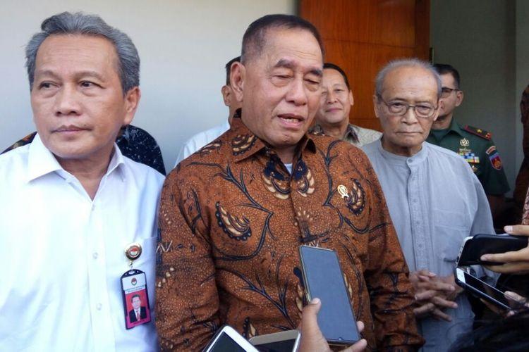 Menteri Pertahanan Ryamizard Ryacudu saat menemui wartawan usai bersilahturahmi dengan Buya Syafii Maarif