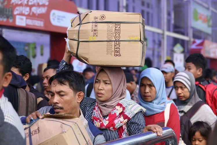 Sejumlah pemudik memadati Stasiun Pasar Senen, Jakarta, Minggu (10/6/2018). Puncak arus mudik di Stasiun Pasar Senen diperkirakan jatuh pada 13 Juni 2018 atau H-2 Idul Fitri.