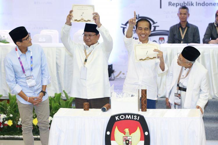 Dua pasangan calon presiden dan wakil presiden Prabowo Subianto-Sandiaga Uno (kiri) dan Joko Widodo-Maruf Amin saat acara pengambilan nomor urut di Kantor Komisi Pemilihan Umum, Jakarta, Jumat (21/9/2018)
