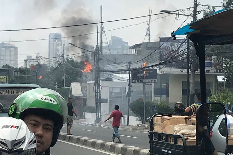 Kabel listrik milik PLN di Jalan Petamburan VII, Tanah Abang, Jakarta Pusat, terbakar pada Selasa (29/5/2018) siang.